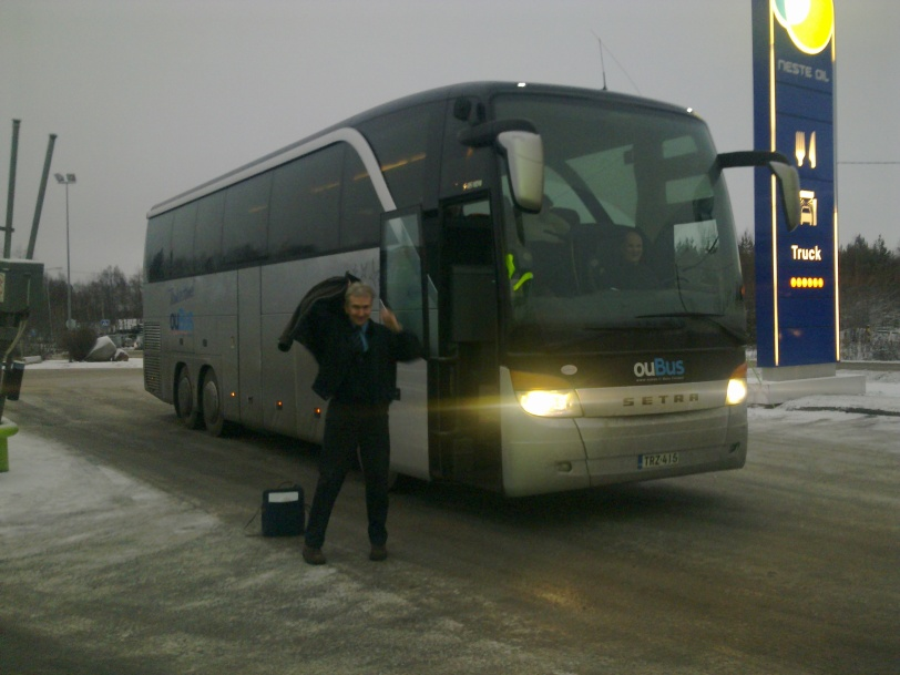 Barents Logistic 2 hankkeen yrityskontakti ja koulutusmatka Murmanskiin 2011 marraskuussa. Kuljettaja Ilkka Myllylä (kuvassa) vaihtaa vuoroaan Rovaniemellä kuljettaja Rainer Lindemanin kanssa. Matka sujui hyvin Oulu-Rovaniemi-Kemijärvi-Salla-Kantalahti-Murmansk -reittiä, kun tiet ja silla oli saatu uudistettua sitten Valkoisen meren messujen aikaistan, jolloin käytössä oli mm. ponttonisilta ja matkustajat joutuivat kävelemään erään joen yli ylikuorman välittämiseksi.