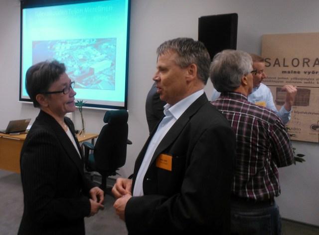 Toimitusjohtaja Liisa Leino ja yrittäjyyden professori Arto Lahti keskustelemassa Salon metallifoorumin. Molemmat pitivät tilaisuudessa esitelmän.