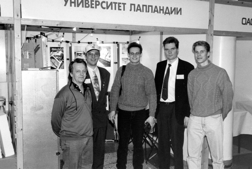 Lapin yliopiston ja Kemi-Tornion ammattikorkeakoulun edustajia Valkoisen Meren messuilla 97 Apatiitissa. Kirjoittaja toinen oik.