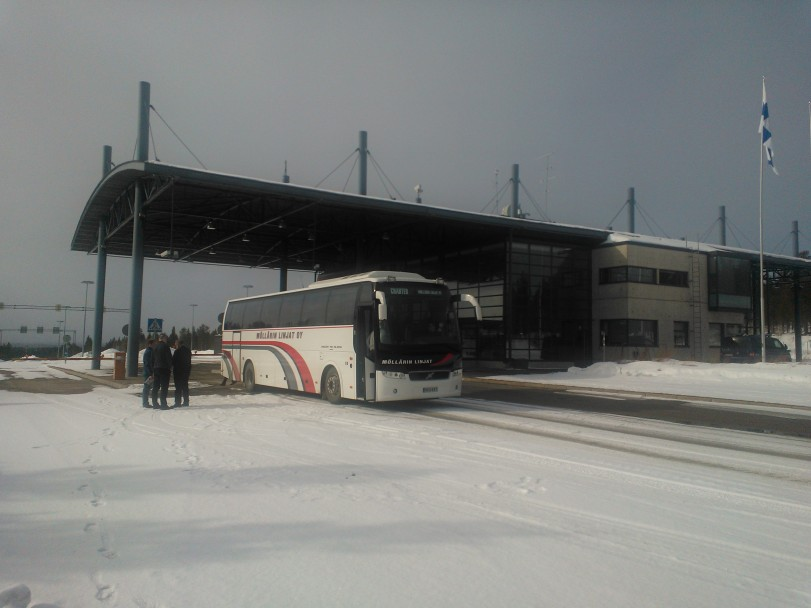Sallan moderni, uusi rajavasema. Raja avattiin kansainväliselle liikenteelle vuonna 2002. Viime vuosina liikennemäärät ovat kasvaneet runsaasti ja mm. venäläisten matkailijoiden tulo rajan kautta Suomeen näkyy Pohjois-Suomen taloudellisissa keskuksissa. Kuva on otettu Barents Logisti 2 matkalta huhtikuussa 2013.