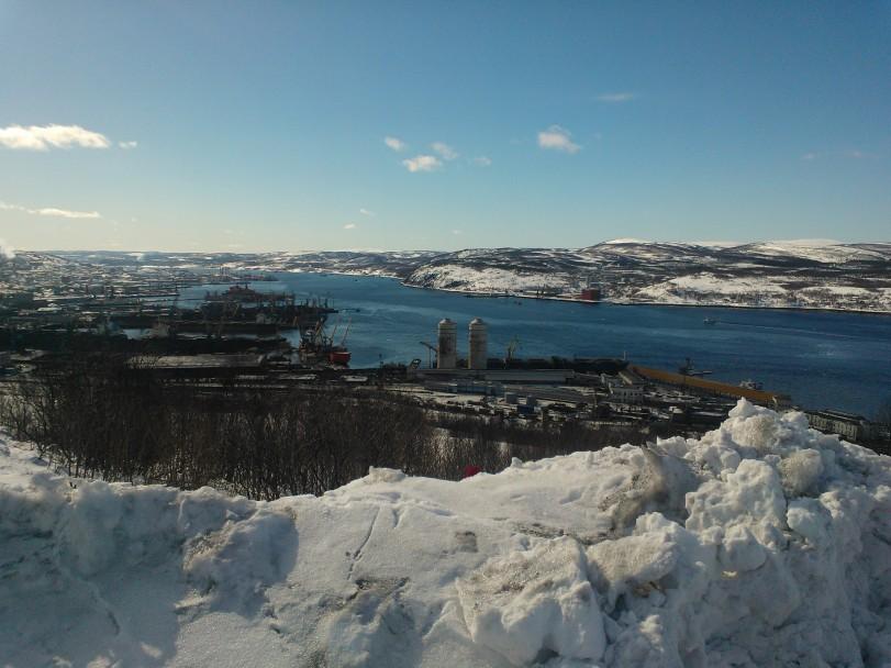 Kuvassa Murmanskin satama huhtikuussa 2013. Satama on kehittyvän Koillisväylän ja Luoteis-Venäjän kuljetusten keskeinen solmukohta. Sallan kautta on lyhyin ja toimivin yhteys maanteitse Suomesta tähän Koillisväylän tärkeimpään ympäris vuoden sulana olevaan valtameren satamaan.