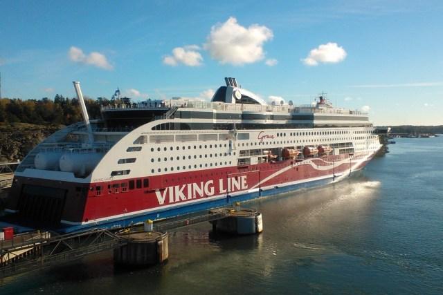 Maailman ensimmäinen suuri LNG Cruise, Viking Grace  aloitti liikenteen vuoden 2013 alussa. Ympäristöystävällistä LNGtä riittää arktisessa. Kuvassa Grace 15.10.2013 Kolumbuksen päivänä Maarianhaminan kotisatamassaan.  Kuva YMy.