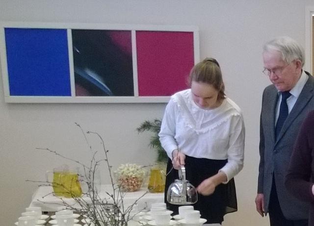 Kahvia tarjoilemassa kirjan tekijälle Bettina Myllylä.