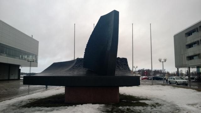 Oulun paras polkupyörily- ja kävelyreitti lähtee tämän patsaan luota.
